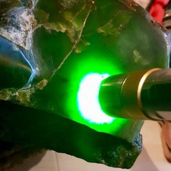 Зеленый нефрит из России