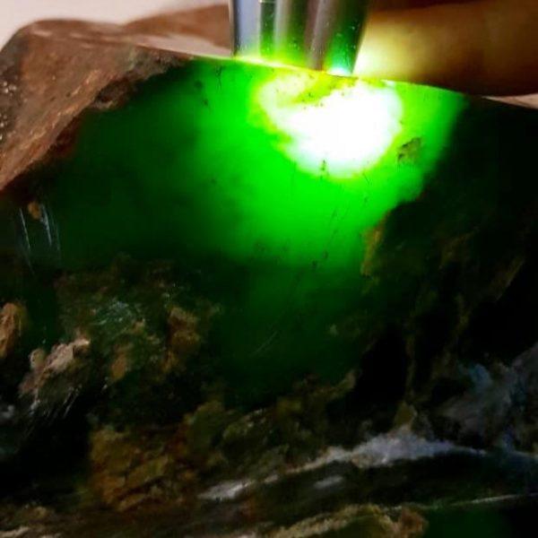 Зеленый нефрит из Бурятии