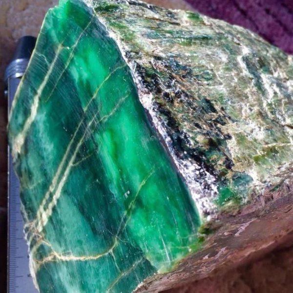 Зеленый нефрит. Срез