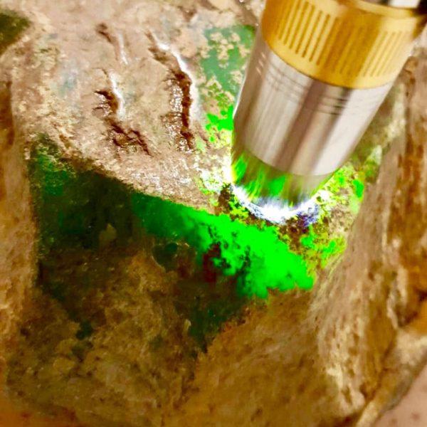 Зеленый нефрит на просвет с боку