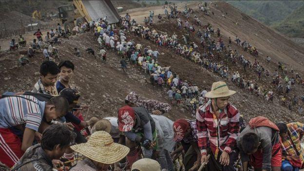 Рабочие вручную добывают нефрит. Качин, Мьянма.