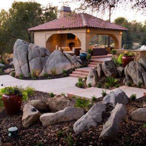 Сад камней со строением