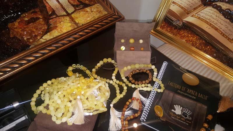 Изделия из янтаря на столе AmberArt